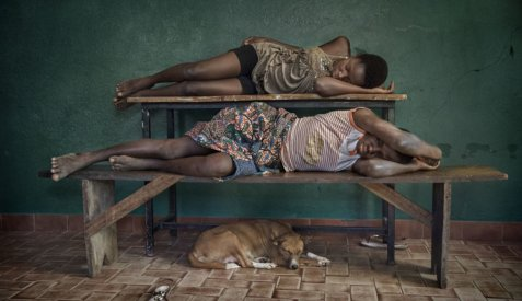 الأطفال العبيد، الباب الخلفي